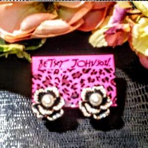 Nwt! Betsey Johnson pearl flower earrings